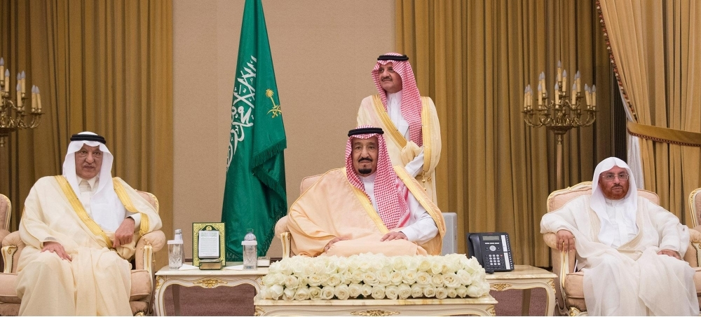 صحيفة مكة :: خادم الحرمين يستقبل الأمراء والعلماء وجموعا من المواطنين
