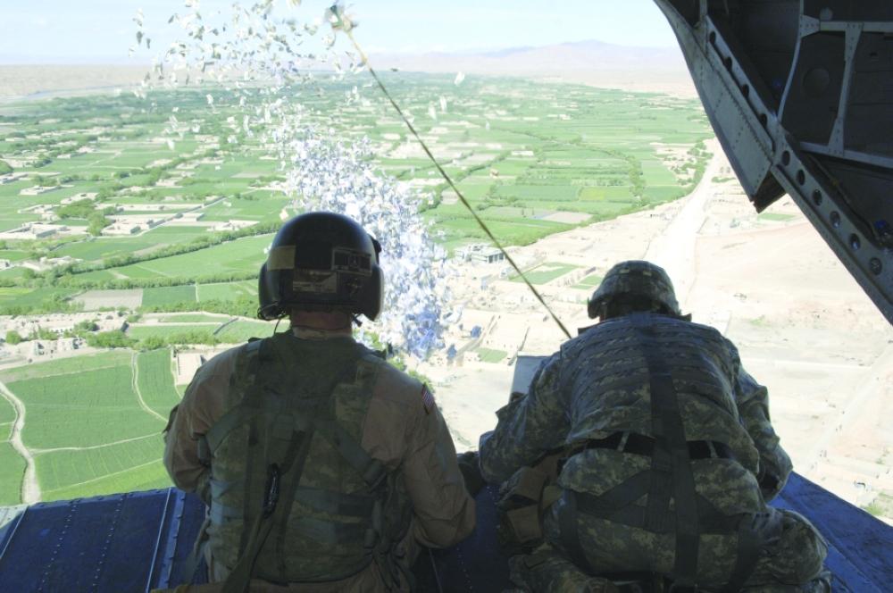 طائرات تلقي منشورات تعد بطرد داعش على مناطق عراقية - صحيفة مكة