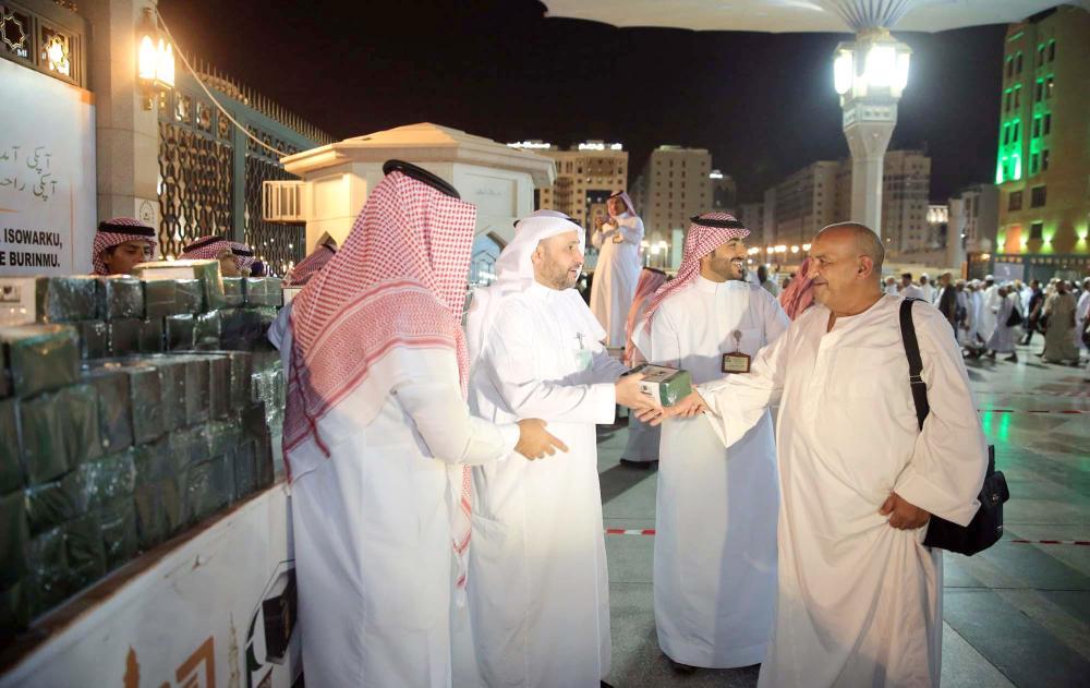 أئمة المسجد الحرام يودعون الحجاج بالهدايا - صحيفة مكة