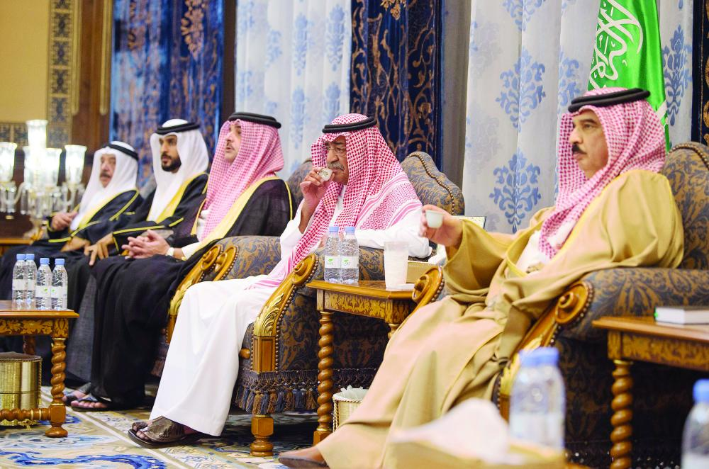 مقرن بن عبدالعزيز يستقبل المعزين  في وفاة ابنه منصور - صحيفة مكة