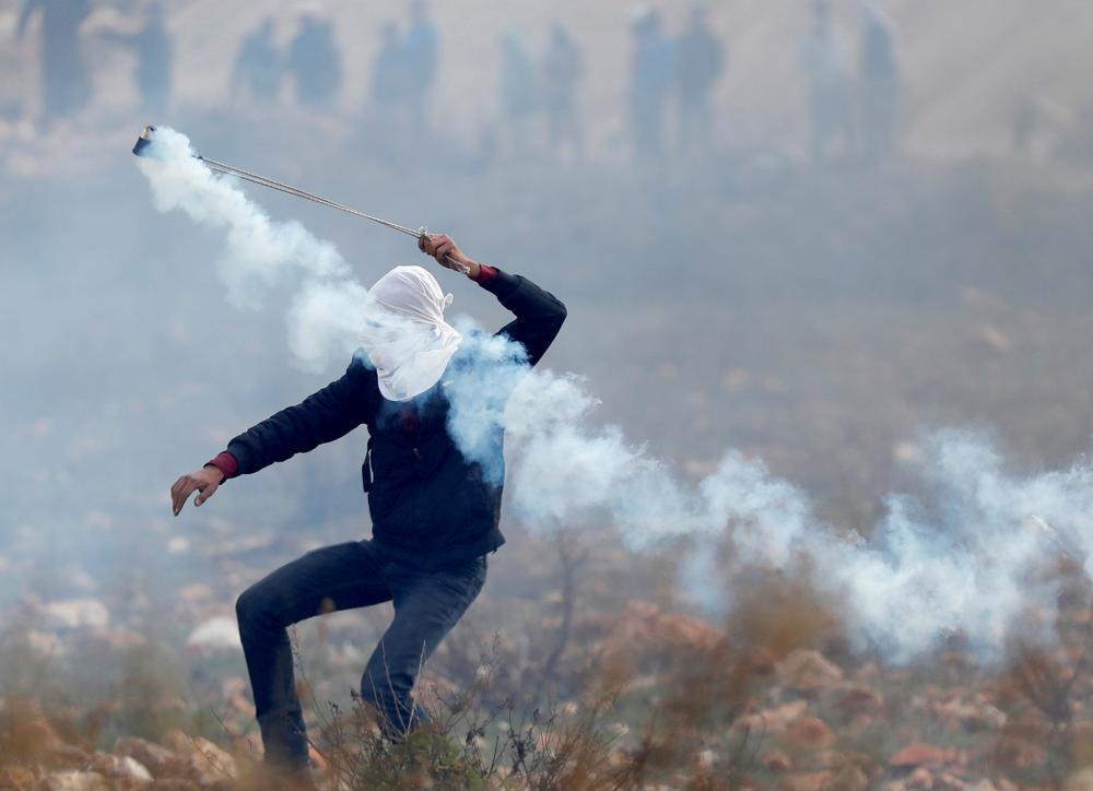 مقتل فلسطينيين وإضراب في غزة احتجاجا على الرواتب - صحيفة مكة