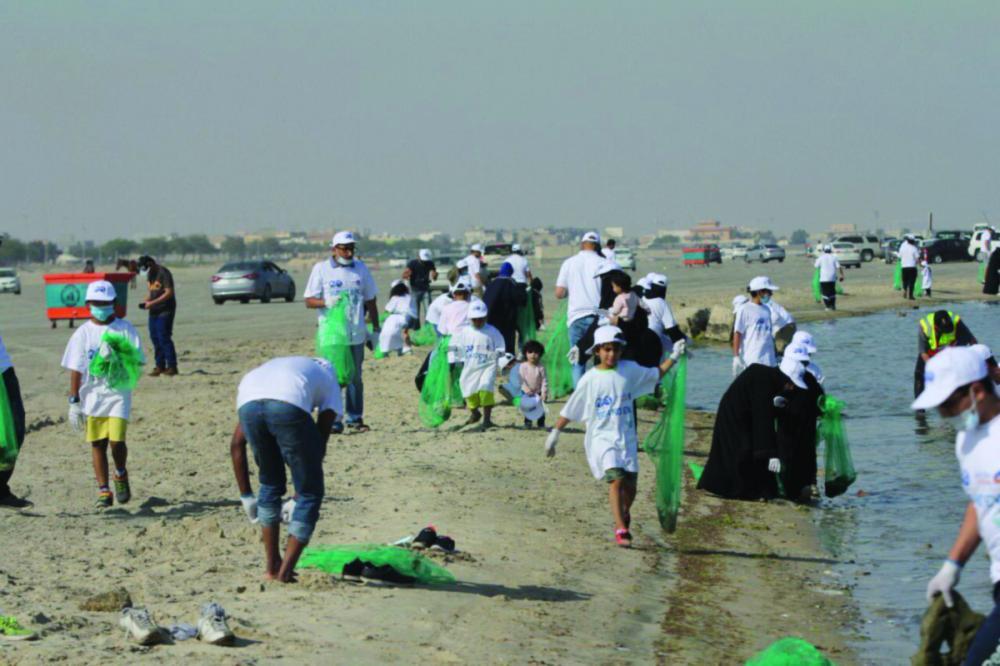250 متطوعا من جمعية مهندسي البترول ينظفون شاطئ العزيزية - صحيفة مكة